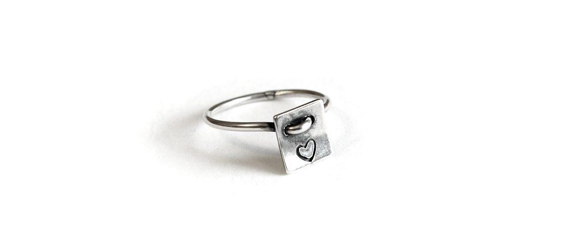 Anello Eos, elegante anello in argento con un cuore inciso su piastrina