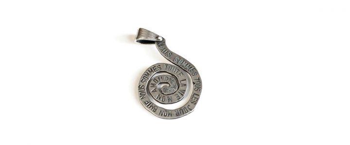 Ciondolo Polifemo. Un ciondolo in argento a forma di spirale, che simboleggia il percorso che conduce alla conoscenza del mondo, con spazio per incidere un tuo pensiero. By Talos Gioielli